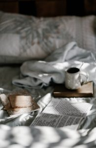 slaapkamer in ochtendlicht, foto van Annie Pratt via Unsplash