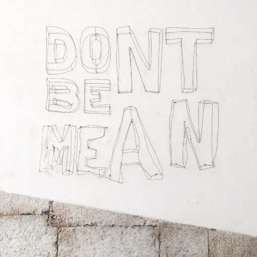 handlettered tekst: Don't be mean; foto door Ashley Whitlatch via Unsplash