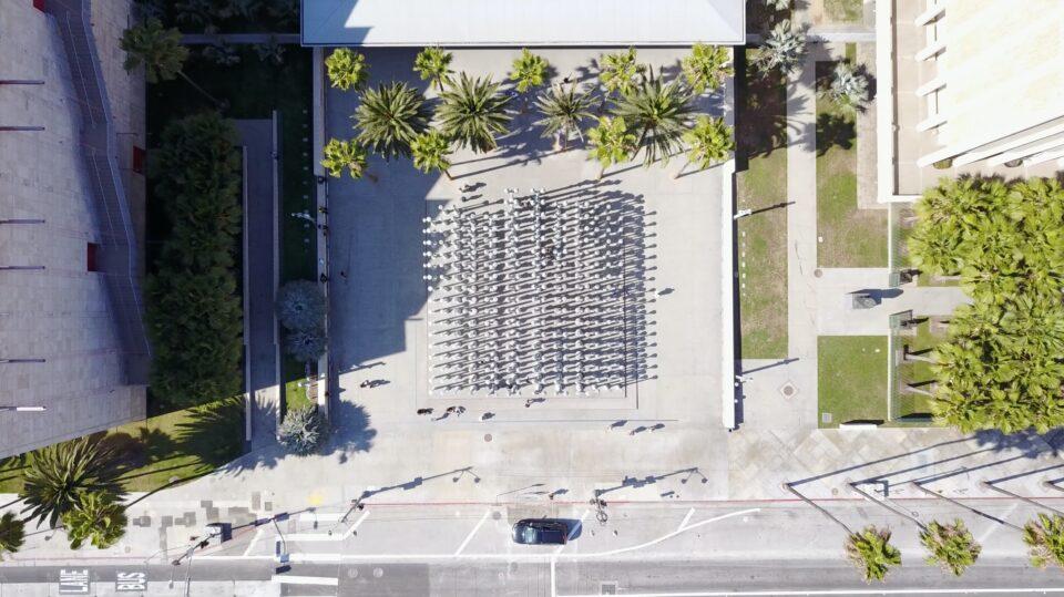 Foto van een plein in een stad, recht naar beneden vanaf een hoog standpunt