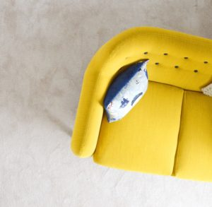 Gele divan. Photo by Christelle BOURGEOIS on Unsplash