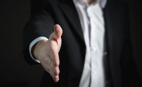 AFbeelding van een man die zijn hand uitsteekt om zich voor te stellen