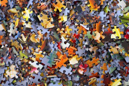 Kleurrijke puzzelstukjes, door elkaar heen; Photo by Hans-Peter Gauster on Unsplash