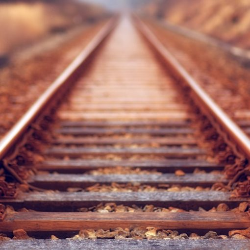 Close-up, low-angle foto van roestige rails; Photo by Johannes Plenio on Unsplash