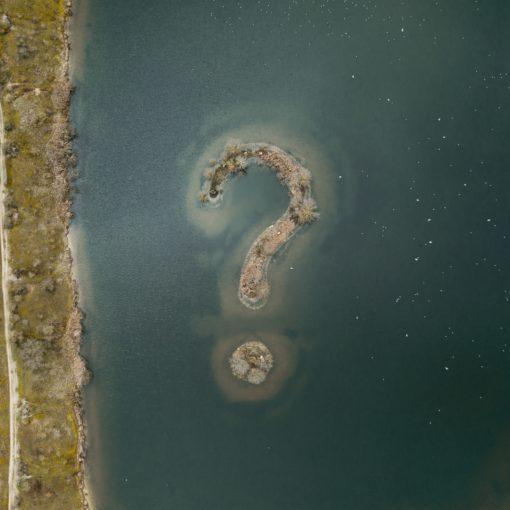 vraagteken als land in een meer