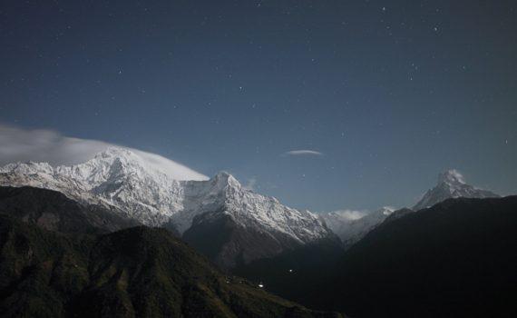 Foto van besneeuwde bergtoppen