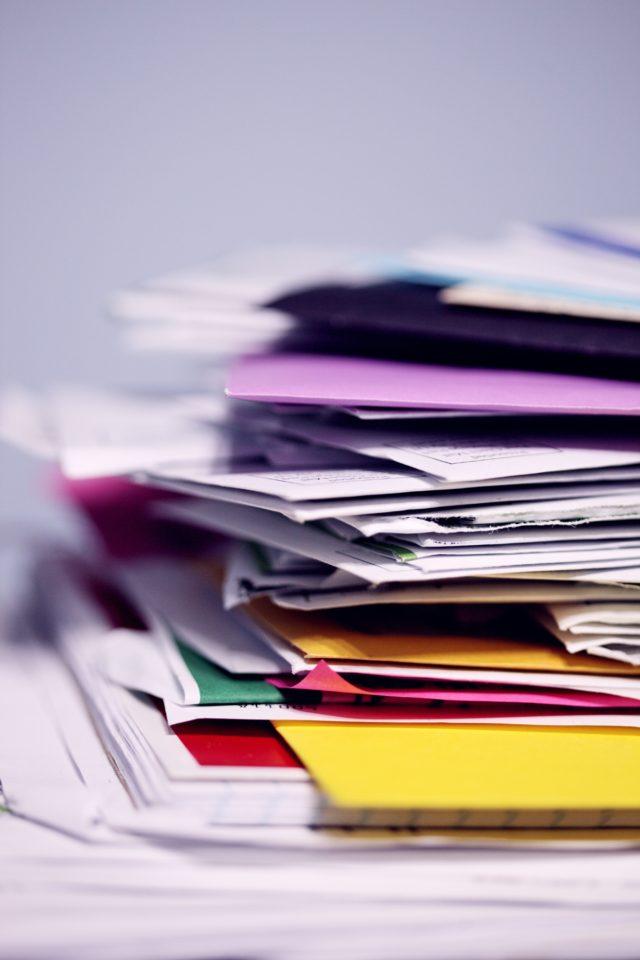 Slordige stapel papieren en mappen; foto van Sharon McCutcheon op Unsplash