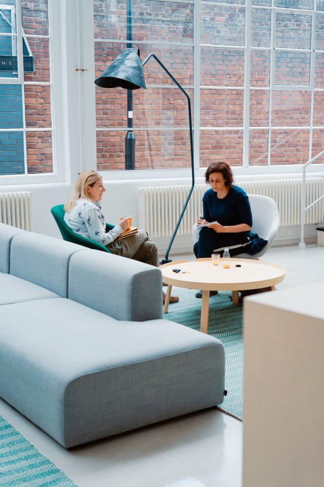 foto van twee vrouwen die in een zithoek aan het praten zijn; Photo by Toa Heftiba on Unsplash