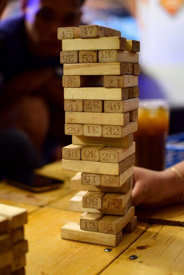 foto van het spel met houten rechthoeken Jenga